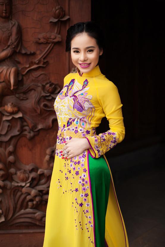 Áo dài vàng hoa cúc rực rỡ 02