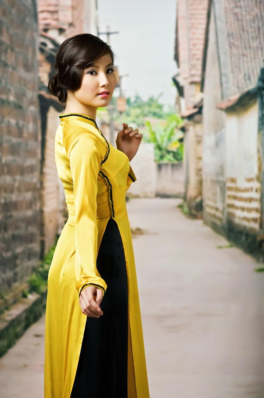 Áo dài vàng hoa cúc rực rỡ 03