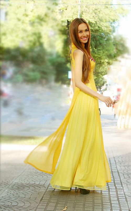 Áo dài vàng hoa cúc rực rỡ 04