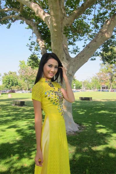 Áo dài vàng hoa cúc rực rỡ 08