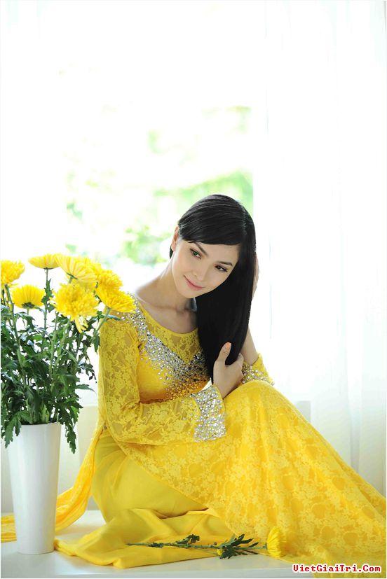 Áo dài vàng hoa cúc rực rỡ 09