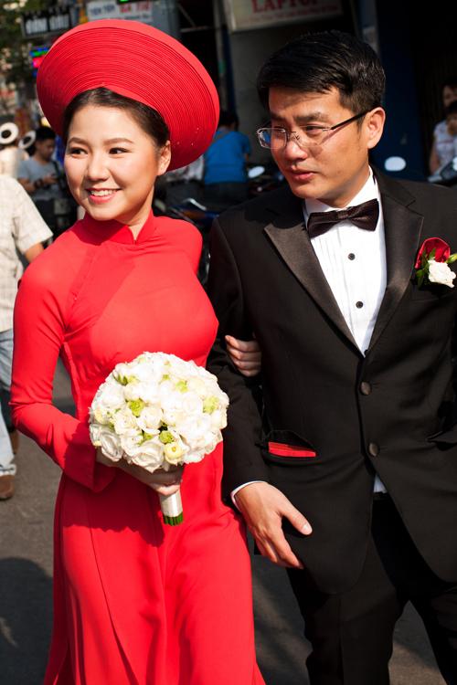 Áo dài cô dâu đỏ trơn truyền thống