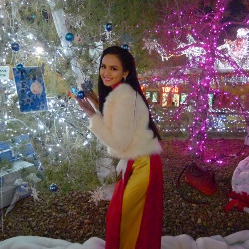 Hoa hậu Diễm Hương chọn áo dài đi chơi noel