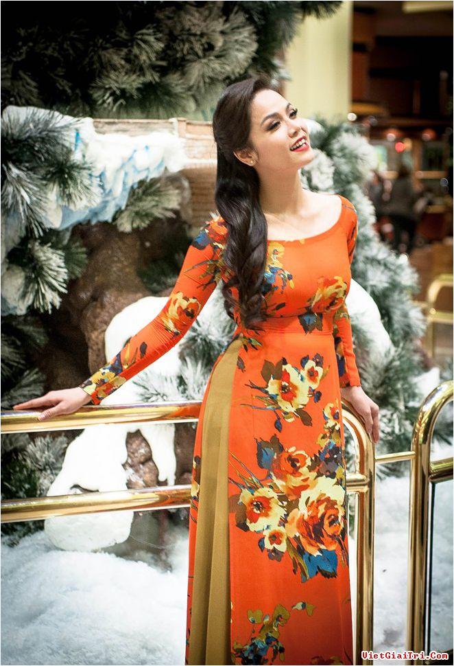 Nhật Kim Anh diện áo dài chơi noel