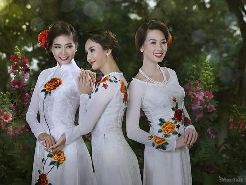 Rực rỡ sắc hoa trên tà áo dài cưới 05