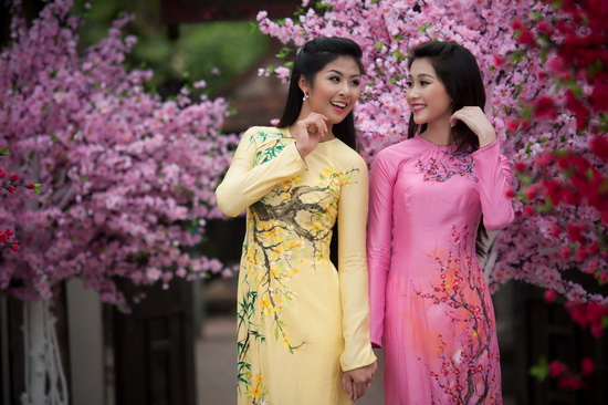 Rực rỡ sắc hoa trên tà áo dài cưới 07