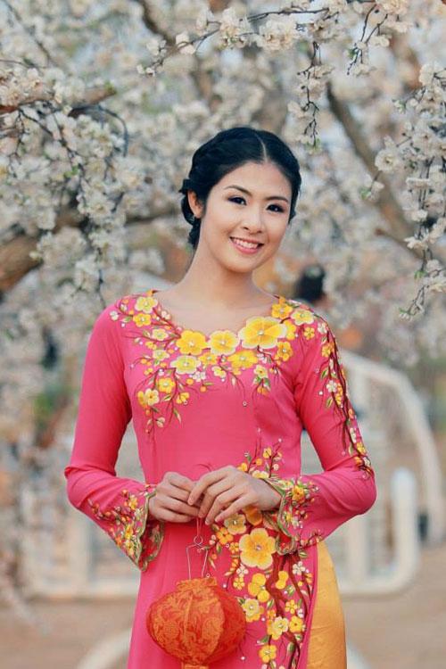 Rực rỡ sắc hoa trên tà áo dài cưới 08