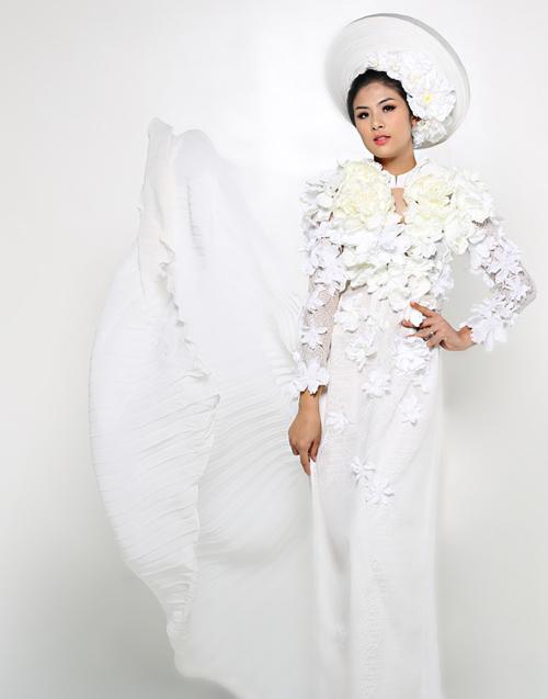 Rực rỡ sắc hoa trên tà áo dài cưới 10