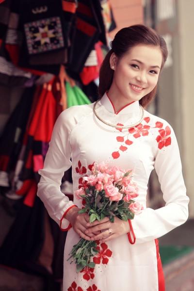 Rực rỡ sắc hoa trên tà áo dài cưới 11