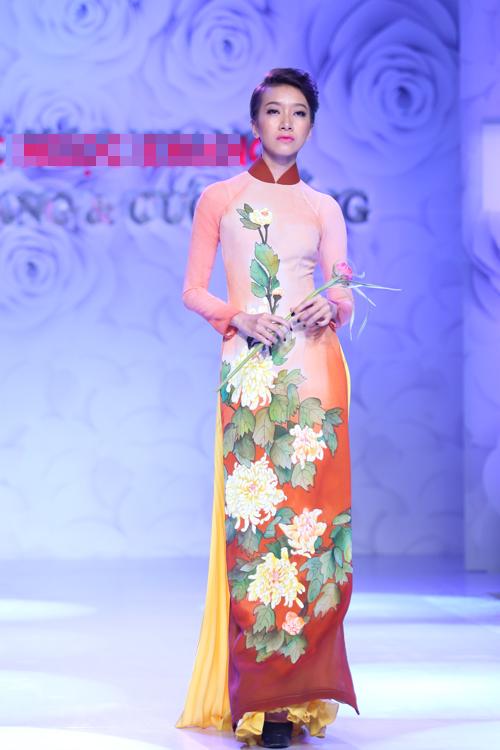 Rực rỡ sắc hoa trên tà áo dài cưới 12