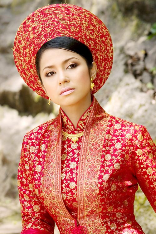 Khúc biến tấu với áo dài cưới màu đỏ của nghệ sĩ Việt