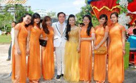 Áo dài bưng quả màu cam trẻ trung 01