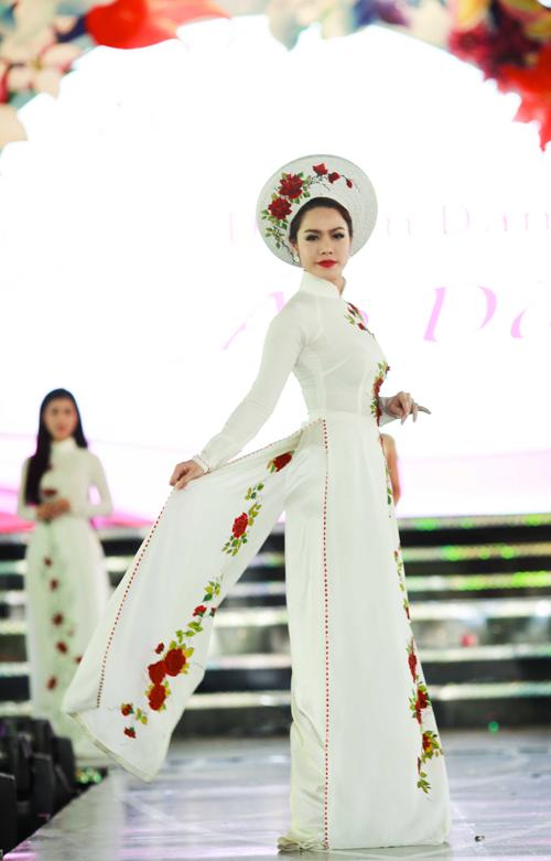 Áo dài lụa thêu hoa cho cô dâu 06