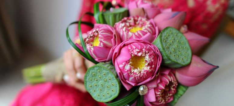 Kết hợp hoa sen cưới và áo dài 04