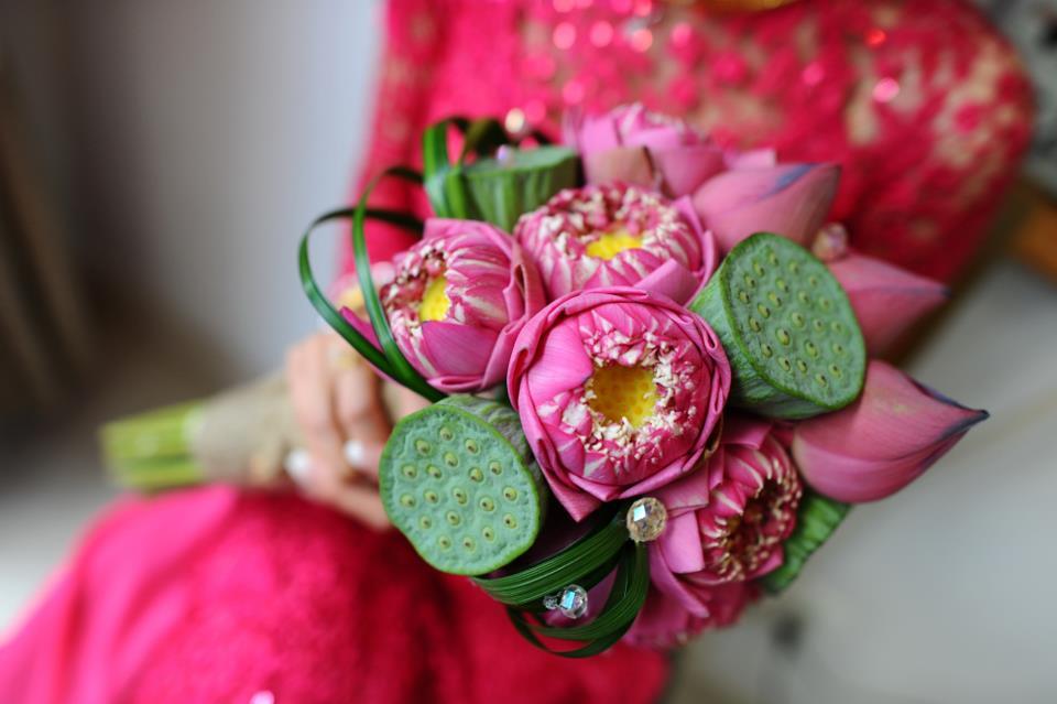 Kết hợp hoa sen cưới và áo dài cưới 04