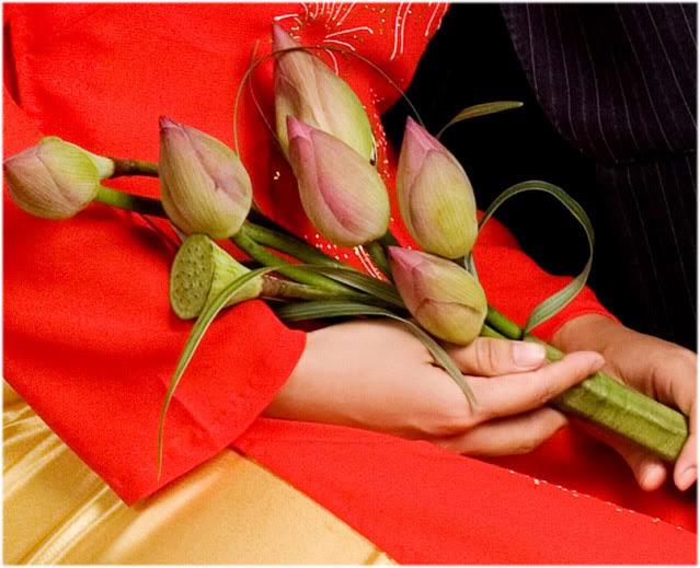 Kết hợp hoa sen cưới và áo dài 05