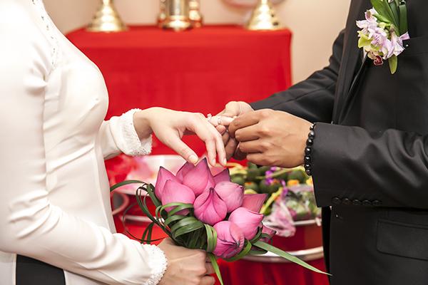 Kết hợp hoa sen cưới và áo dài 08