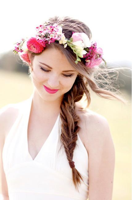 Những kiểu tóc cô dâu kết hợp với hoa tươi 01