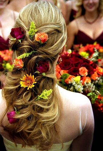 Những kiểu tóc cô dâu kết hợp với hoa tươi 04