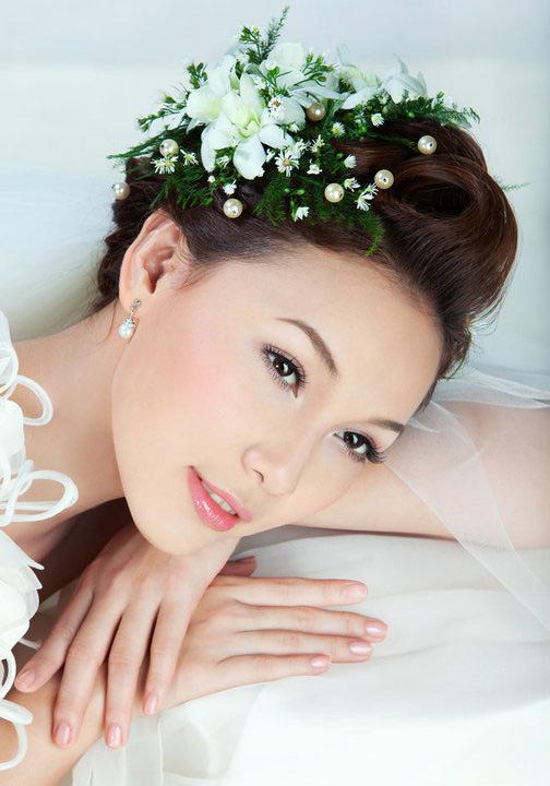 Những kiểu tóc cô dâu kết hợp với hoa tươi 08