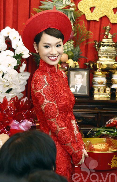 Trà My Idol mặc áo dài ren đỏ hoa hồng