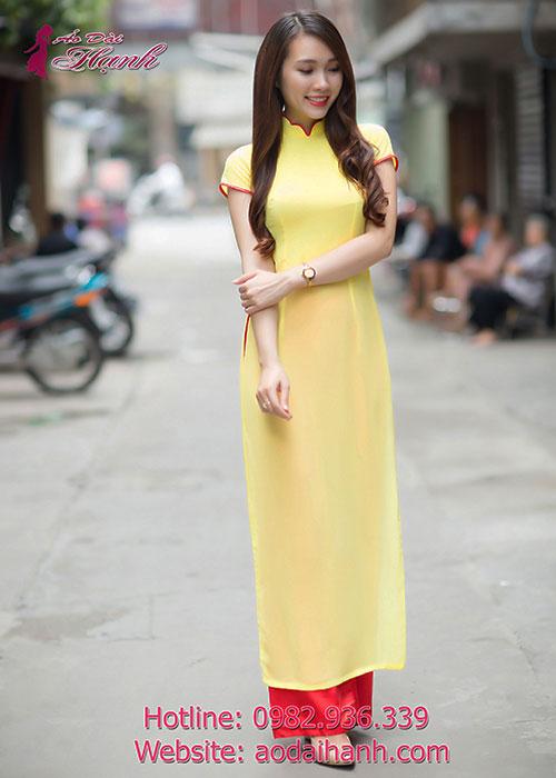 Áo dài bưng quả màu vàng