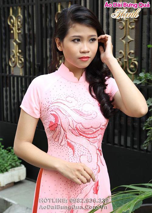 Áo dài hồng phấn lụa thêu hoa văn