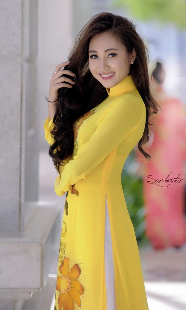Áo dài vàng hoa mai rực rỡ 01