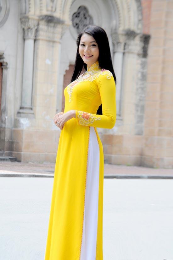 Áo dài vàng hoa mai rực rỡ 05