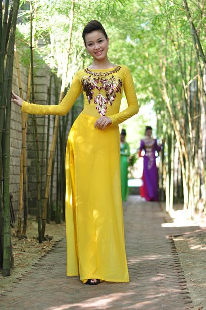 Áo dài vàng hoa mai rực rỡ 07