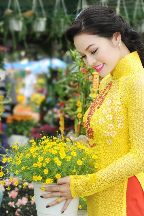 Áo dài vàng hoa mai rực rỡ 08