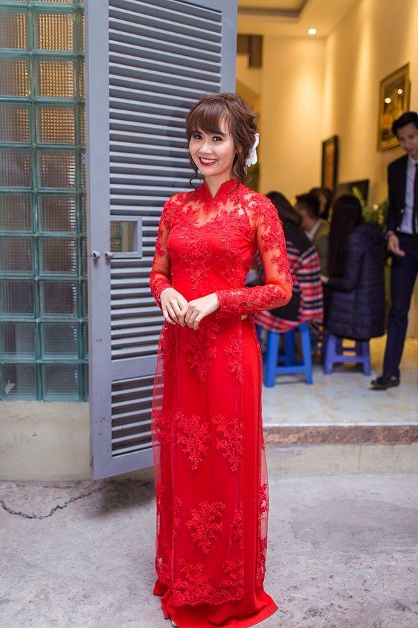 Huyền lizzie mặc áo dài voan đỏ quyến rũ
