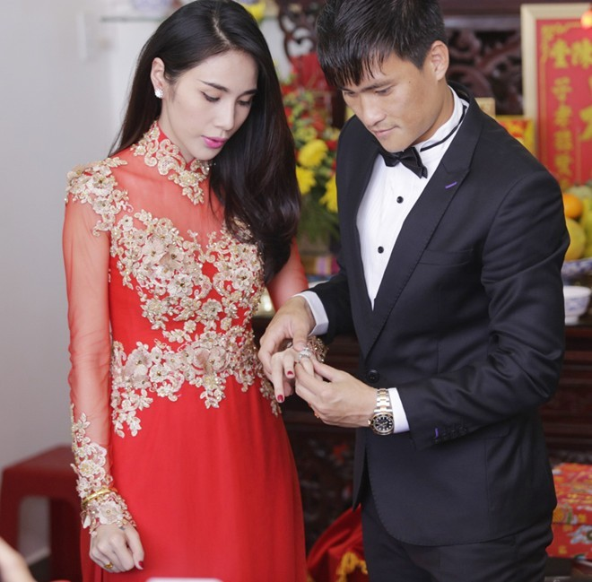 Thủy tiên mặc áo dài đỏ trong ngày cưới 01