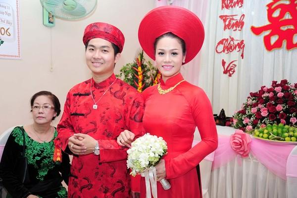 Nhật Kim Anh mặc áo dài lụa đỏ