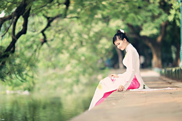 Nét duyên dáng của phụ nữ trong tà áo dài