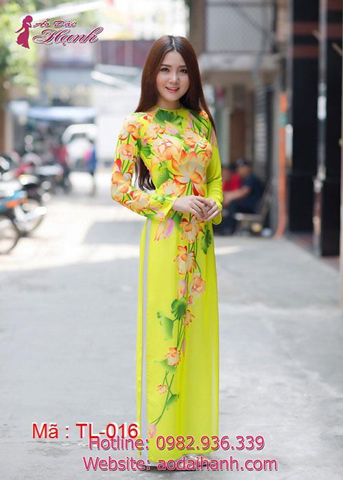 Áo dài vàng voan vẽ hoa sen cổ tròn tay dài