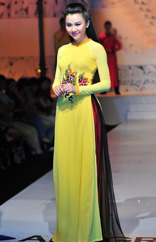 áo dài cô dâu màu vàng