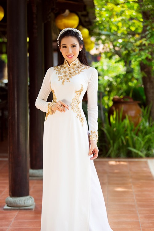 áo dài màu trắng đính ngọc đá