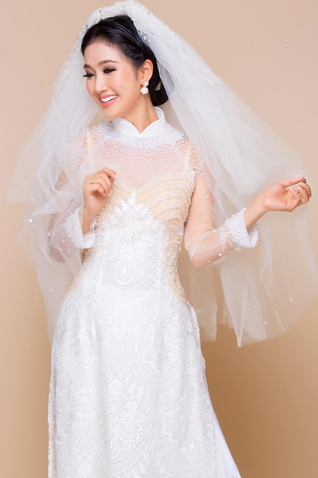 áo dài ren trắng đính đá kèm khăn voan