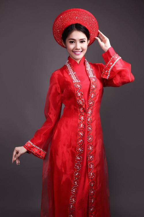 áo dài đội mấn đỏ