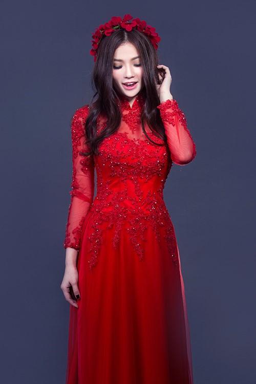 áo dài vải ren hoa đỏ