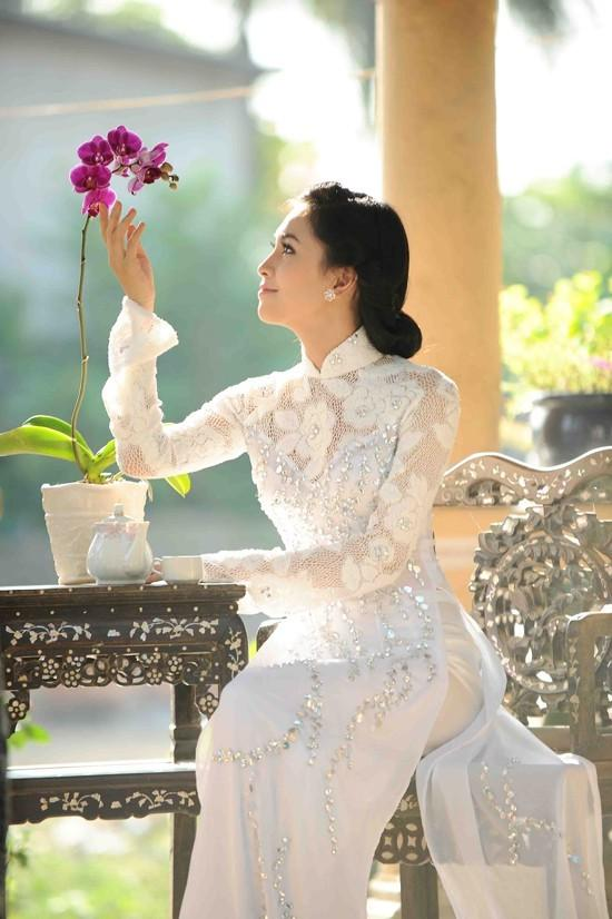 mẫu áo dài ấn tượng màu trắng đẹp
